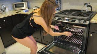 Η αισθησιακή κοπέλα του καιρού Yanet Garcia φτιάχνει για πρώτη φορά brownies! Δείτε τη συνταγή αν μπορείτε φυσικά…!