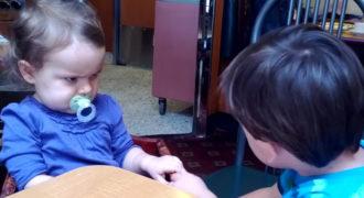 Ένα βίντεο μας εξηγεί τι είναι η αγάπη χρησιμοποιώντας αστεία στιγμιότυπα μωρών
