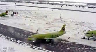 Η στιγμή που ένα αεροπλάνο γλιστράει πάνω σε παγωμένο διάδρομο προσγείωσης