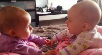 Δίδυμα μωράκια μιλάνε και κρατάνε τα χέρια τους για πρώτη φορά!(Βίντεο)
