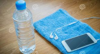 Πήρε ένα μπουκαλάκι νερό και το έβαλε δίπλα στο κινητό του. Το αποτέλεσμα εντυπωσιακό… ΒΙΝΤΕΟ