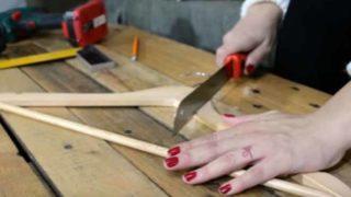 Κόβει μια κρεμάστρα… μόλις δείτε γιατί θα το κάνετε! (Βίντεο)