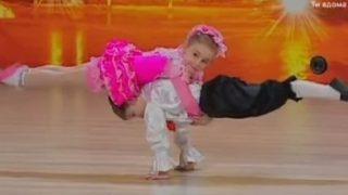 Αυτά τα δύο 6χρονα ξεκίνησαν να χορεύουν, αλλά 2 λεπτά αργότερα, οι κριτές παγώνουν…