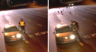 Αστυνομικοί σταμάτησαν αυτό το Αυτοκίνητο για έναν τυπικό Έλεγχο. Δευτερόλεπτα αργότερα, τρέχουν Πανικόβλητοι να Σωθούν από αγέλη λύκων!