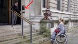 Η Γυναίκα στο αναπηρικό καροτσάκι δε μπορεί να ανεβεί τις σκάλες. προσέξτε όμως τι θα συμβεί μόλις ο άντρας πατήσει το κουμπί!