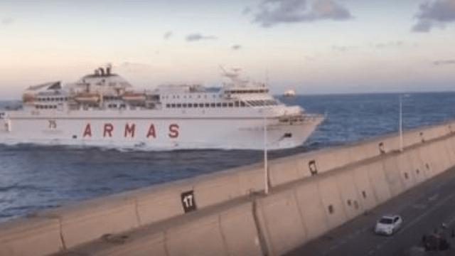 Πλοίο σπάει με την πλώρη τείχος στο λιμάνι και πέφτει πάνω σε δρόμο