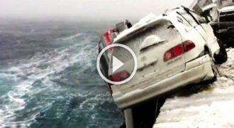 Αμάξια πέφτουν από πλοίο εν μέσω χιονοκακοκαιρίας !! (Video)