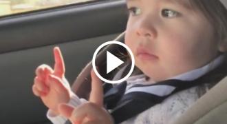 Η μικρή ακούει το αγαπημένο της τραγούδι στο ραδιόφωνο. Η αντίδρασή της; Προσέξτε τα Χέρια της!