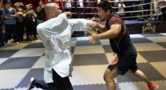 Παρακολουθήστε έναν άγριο ξυλοδαρμό ενός δάσκαλου Ται Τσι από μαχητή MMA
