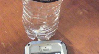 ΑΠΙΣΤΕΥΤΟ! Δείτε ΤΙ θα Συμβεί αν Τοποθετήσετε ένα Μπουκάλι με Νερό δίπλα από το Κινητό σας και θα Πάθετε Πλάκα!