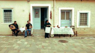 Γιαγιά στην Κρήτη κυνηγά δρομείς με τηγανόψωμα -Το ξεκαρδιστικό βίντεο που κάνει θραύση