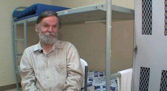 Άστεγος είχε ξεχάσει ότι έχει τραπεζικό λογαριασμό με χρήματα μέσα! (Βίντεο)