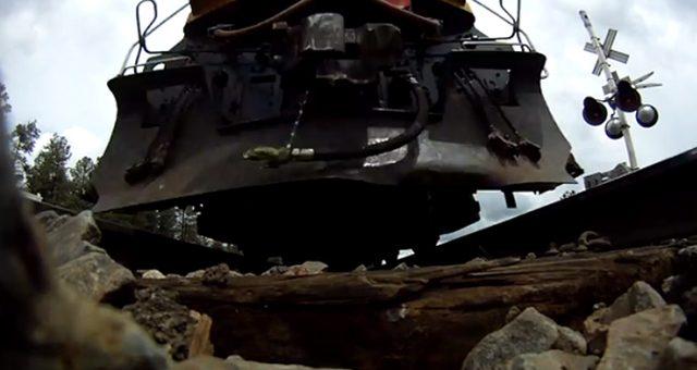 ΑΠΙΘΑΝΟ! Κάμερα κάτω από τρένο που τρέχει με ιλιγγιώδη ταχύτητα! (Βίντεο)