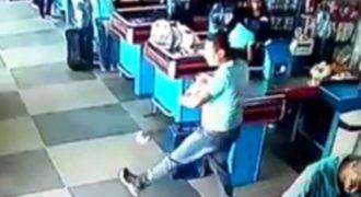 Αυτός ο τύπος ξέρει τι να κάνει όταν του πέφτουν τα ψώνια (Video)
