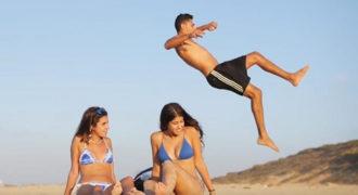 Απίθανα κόλπα και παιχνίδια σε παραλίες και πισίνες
