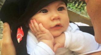 Το βλέμμα της αγάπης! Ένα Μωρό ακούει τη μαμά του να τραγουδάει και λιώνει.