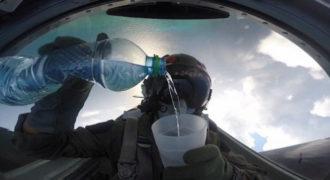 Πιλότος μαχητικού πίνει νερό ενώ πετά ανάποδα! Δεν έχυσε ούτε μια σταγόνα όταν στην συνέχεια ήπιε το νερό.