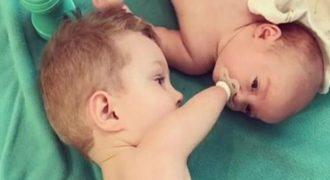Από τα πιο τρυφερά βίντεο: Αγόρι χωρίς άκρα δίνει την πιπίλα στο νεογέννητο αδερφάκι του
