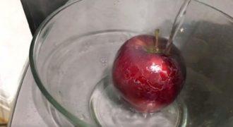 Έριξε Καuτό Νερό σε ένα Μήλο του Εμπορίου και μόλις δείτε τι συμβαίνει στη Φλούδα του, θα Εξοργιστείτε!