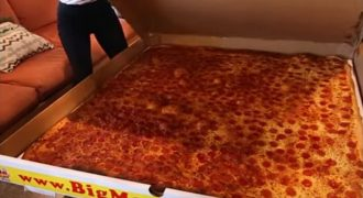 Αυτή είναι η μεγαλύτερη πίτσα του κόσμου που έρχεται delivery (Βίντεο)